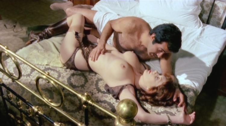 La soldatessa alle grandi manovre nude scenes
